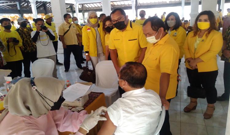 Politik Kemanusiaan, Partai Lambang Beringin di Ponorogo Lakukan Vaksinasi