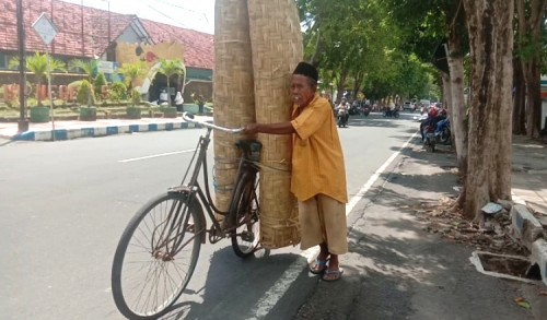 Kayuh Puluhan Kilometer, Kakek 83 Tahun di Banyuwangi Masih Semangat Jualan Gedek