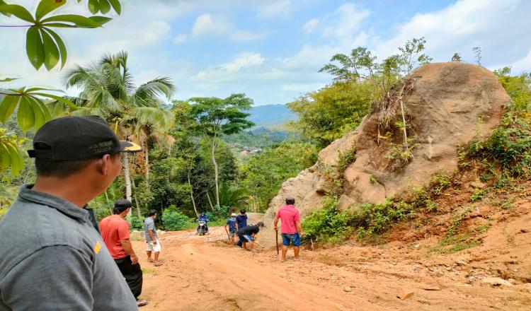 Kepala Desa Brondong Purworejo Bangun Jalan Desa dengan Uang Pribadi