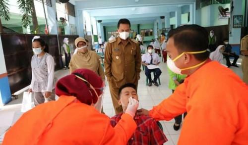 Hari Pertama Pelaksanaan PTM, Wali Kota Madiun Tinjau Sarpras Hingga Vaksinasi Pelajar