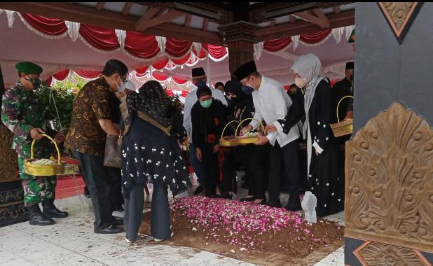 Meninggal, Mertua SBY Dimakamkan di Purworejo