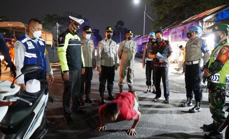 Terjaring Operasi Yustisi Pelanggar Prokes di Jombang di Hukum Push Up oleh Petugas