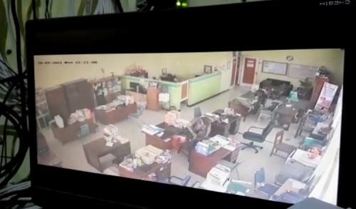 Aksi Pencurian Terekam CCTV, Pria Penjual Madu Gasak HP dan Laptop di Diskoperindag Tuban