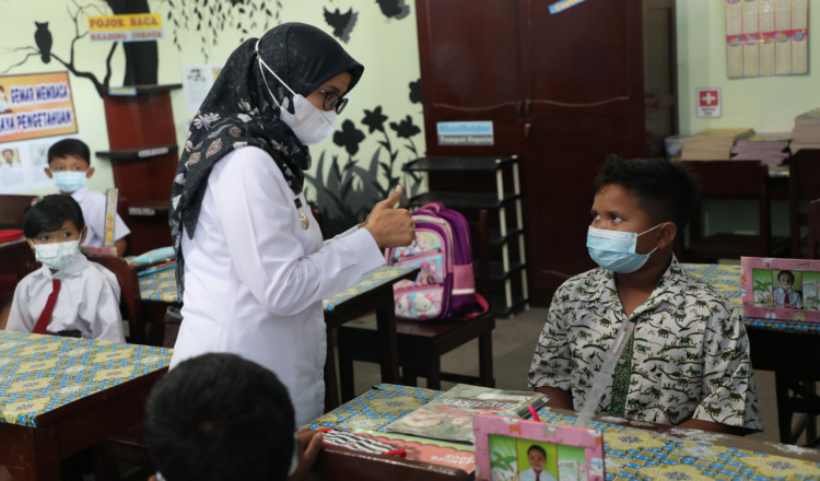 Bupati Tinjau Pelaksanaan PTM di Lembaga SD SMP di Blitar Barat