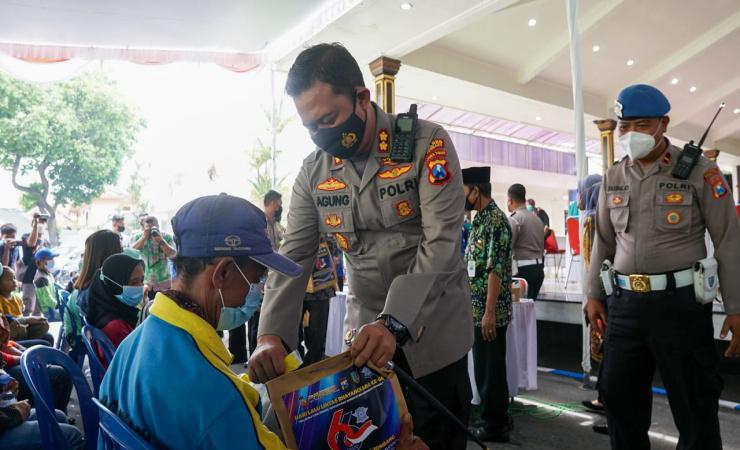 Peringati HUT Bhayangkara ke 66, Polres Jombang Berikan Sembako ke Tunawisma Serta Vaksin