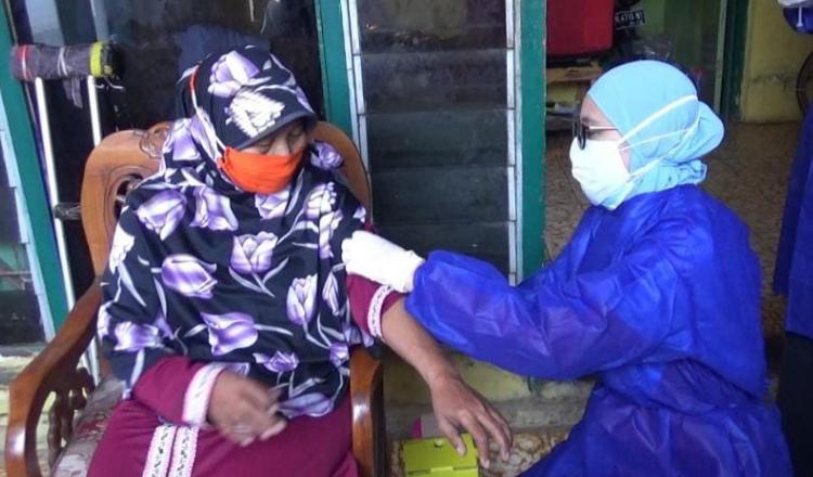 Percepat Vaksinasi, Puskesmas Kanigaran Kota Probolinggo Terjunkan Vaksinator Cantik yang Ramah