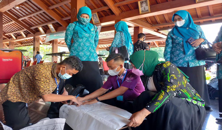 Susilowati Ajak Pelajar di Ponorogo Melestarikan Bathik