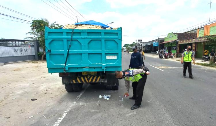 Kurang Konsentrasi, Pengendara Motor Tabrak Truk yang Terparkir di Tuban
