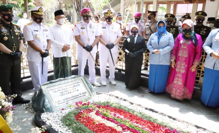 Sambut HUT TNI ke-76, Dankodiklatal Ziarah Makam Gusdur Jombang