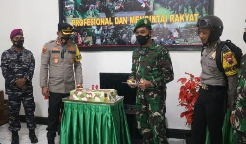 Sambut HUT TNI ke-76, Kapolres Purworejo Berikan Kejutan kepada Dandim 0708