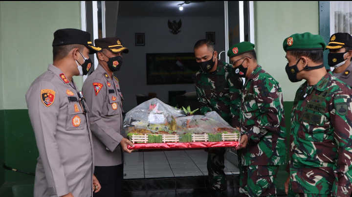 Geruduk Makodim, Kapolres Purworejo Bawa Tumpeng dan Kue Ulang Tahun HUT TNI