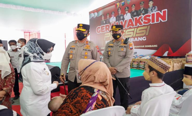 Kapolda Jatim Tinjau Vaksinasi di Ponpes Mamba'ul Ma'arif Denanyar Jombang
