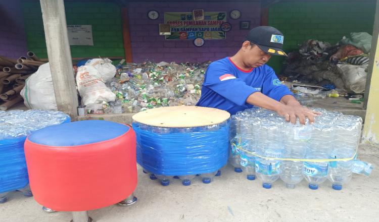 Warga Magetan Ubah Sampah Botol Plastik Jadi Uang