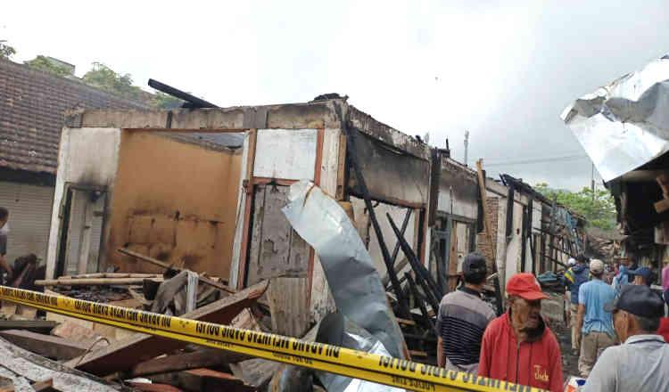 Puluhan Kios di Pasar Kalibaru Banyuwangi Hangus Terbakar
