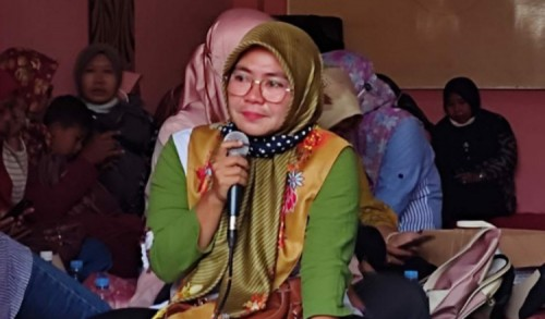Gagal Lolos Tes Tahap Pertama , Seorang Guru Honorer Nangis di Depan Anggota DPR RI