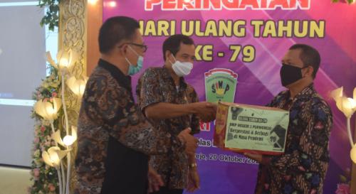 Isi HUT ke-79, SMP N 1 Purworejo Bagikan Ratusan Paket Sembako