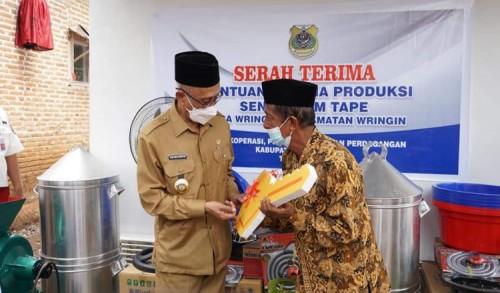 Pemkab Bondowoso Beri Bantuan Pelaku UMKM Tape Sembari Sosialisasikan Prokes Covid-19