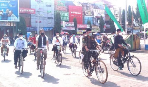 Gowes Sepeda Onta Berkopyah di Ponorogo Pecahkan Rekor MURI